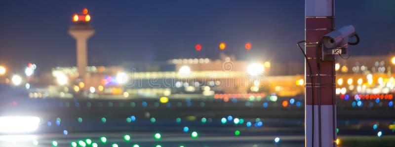 En flygplatssäkerhetskamera på natten arkivbilder