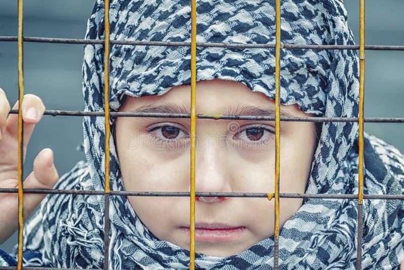 En flyktingflicka från öst i en sjalett arkivfoton
