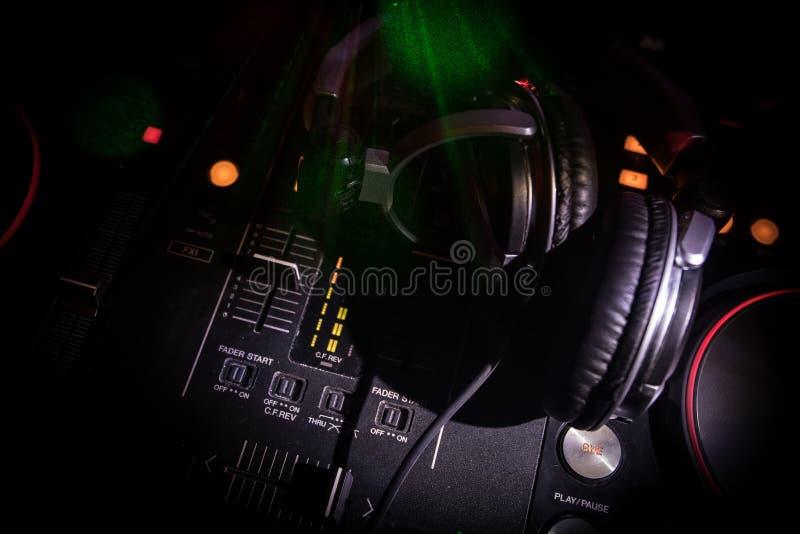 En foco selectivo del favorable regulador de DJ DJ consuela el escritorio de mezcla del disc jockey en el partido de la música en foto de archivo