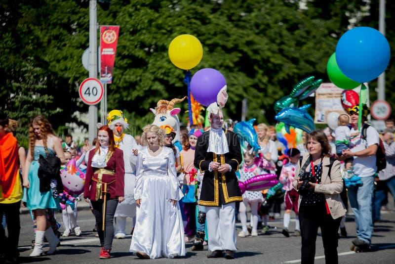 En folkmassa av folk på festivalen royaltyfria bilder