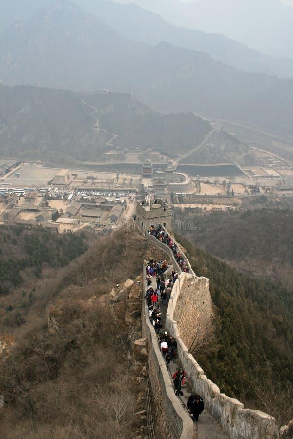 En folkmassa av folk som går det BaDaling avsnittet av Peking för stor vägg arkivfoton