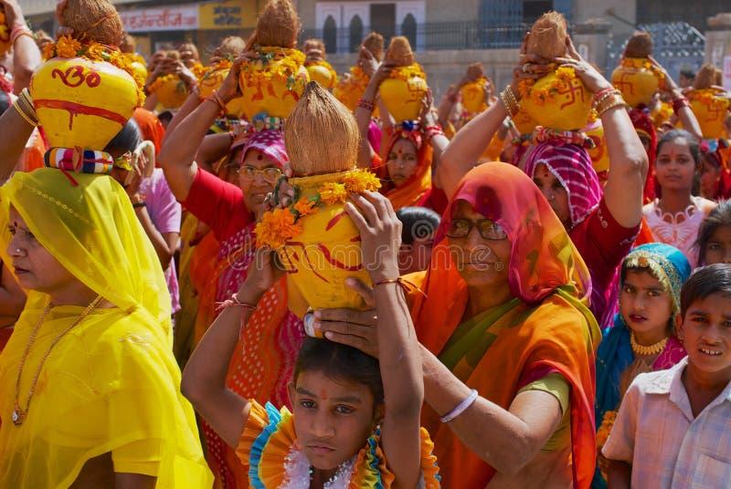 En folkmassa av Rajasthani kvinnor tar delen i en religiös procession i Bikaner, Indien arkivbild