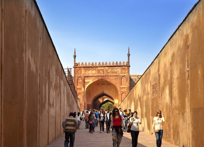 En folkmassa av turister besöker det röda fortet Agra på Januari 28, 2014 i Agra, Uttar Pradesh, Indien Fortet är den gamla Mugha royaltyfri fotografi