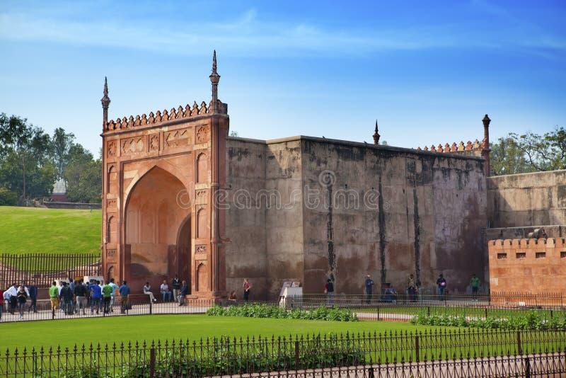 En folkmassa av turister besöker det röda fortet Agra på Januari 28, 2014 i Agra, Uttar Pradesh, Indien Fortet är den gamla Mugha royaltyfri foto