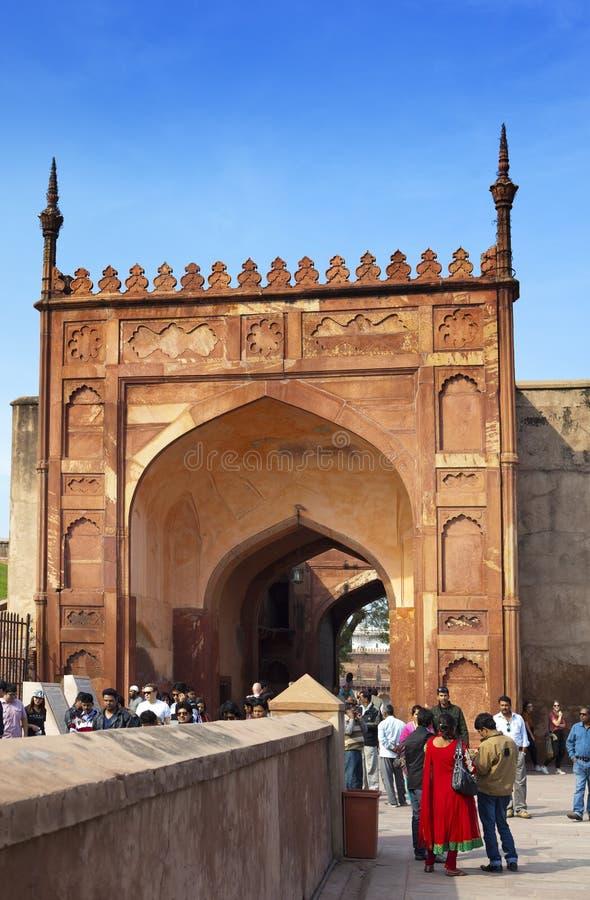 En folkmassa av turister besöker det röda fortet Agra på Januari 28, 2014 i Agra, Uttar Pradesh, Indien Fortet är den gamla Mugha royaltyfria foton