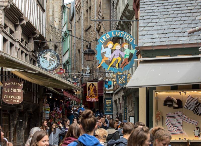 En folkmassa av turister p? storslagen Rue, den huvudsakliga gatan i Mont Saint Michele france normandy fotografering för bildbyråer