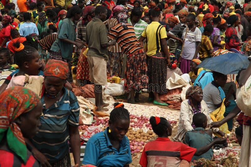 En folkmassa på marknaden Konso ethiopia royaltyfria bilder