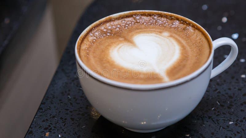 En forma de corazón, café del arte del Latte imagen de archivo libre de regalías
