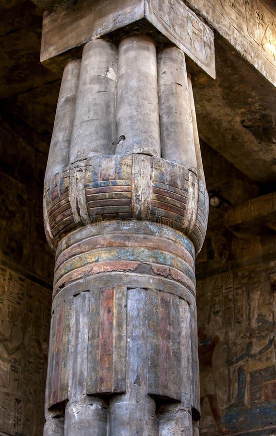 En formad lotusblomma stenar kolonnen arkivfoto