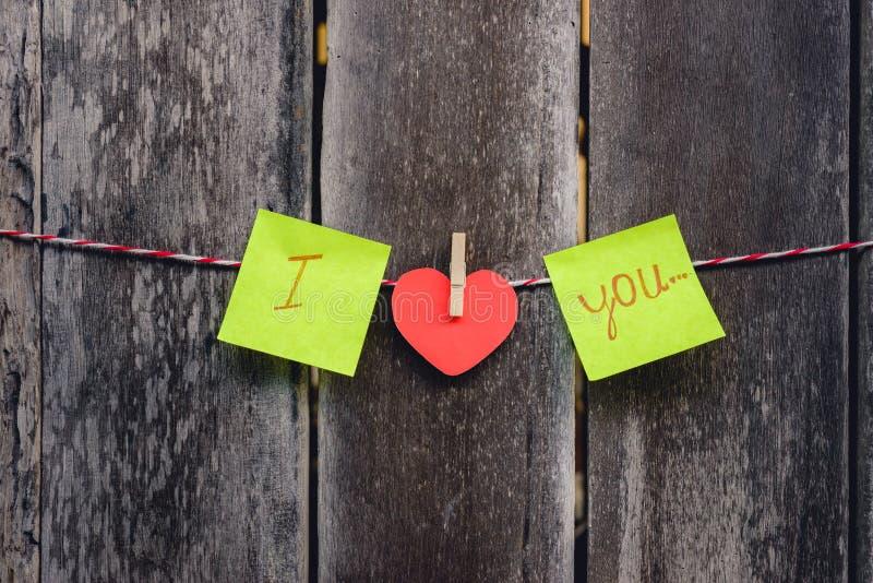 En forme de coeur de papier rouge et mots de l'amour photo stock