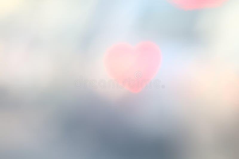 En forme de coeur doux rouge sur le bokeh coloré d'éclairage de fond noir pour le papier peint de contexte de décoration a brouil photos stock