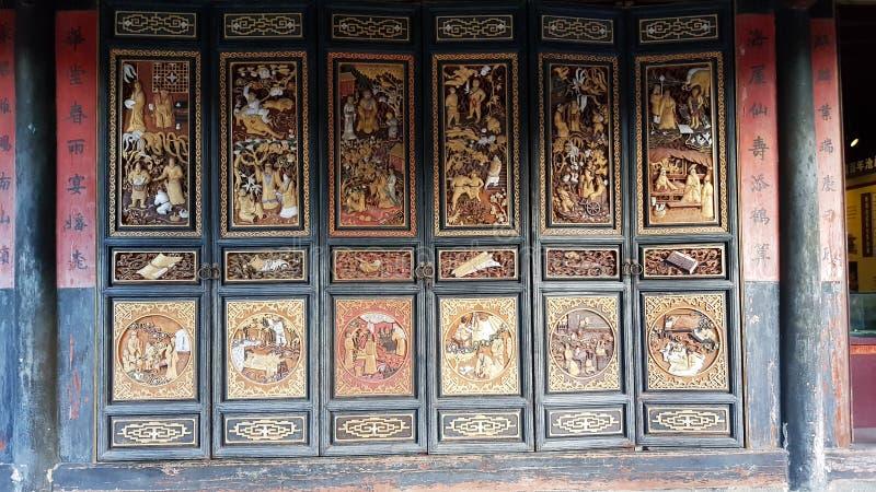 En forntida dekorerad dörr i den typiska kinesiska nobla uppehållet av Zhu'sens familj, Jianshui, Yunnan, Kina royaltyfri bild