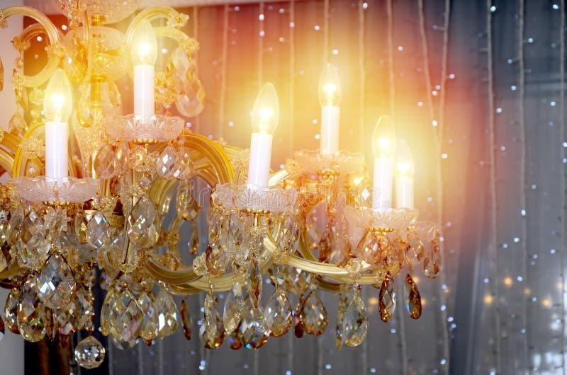 En forntida hängande retro ljuskrona med inbyggde lampor för elektrisk belysning royaltyfri fotografi