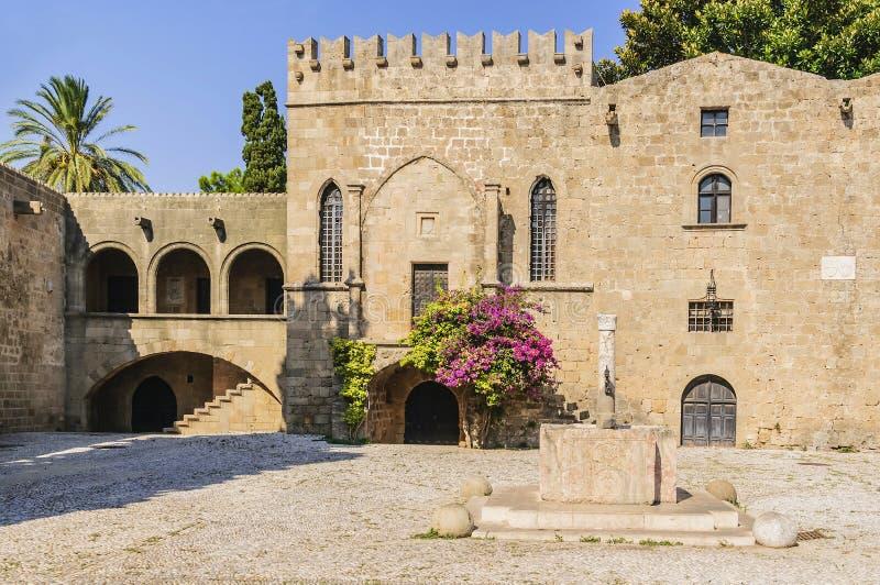 En forntida källa av vatten i den medeltida fyrkanten av Argyrokastru Rhodes gammal stad, Grekland royaltyfria foton