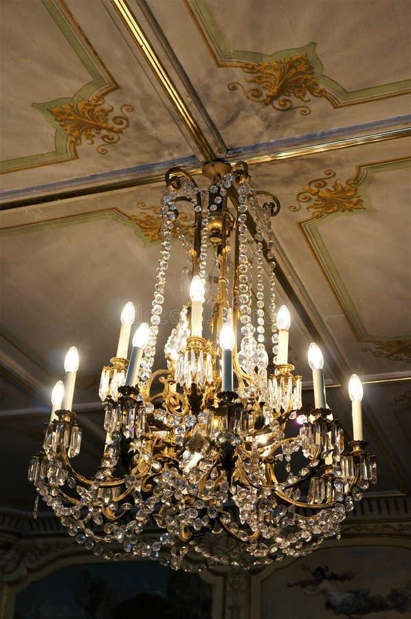 En forntida klassisk ljuskrona och ett tak royaltyfria foton