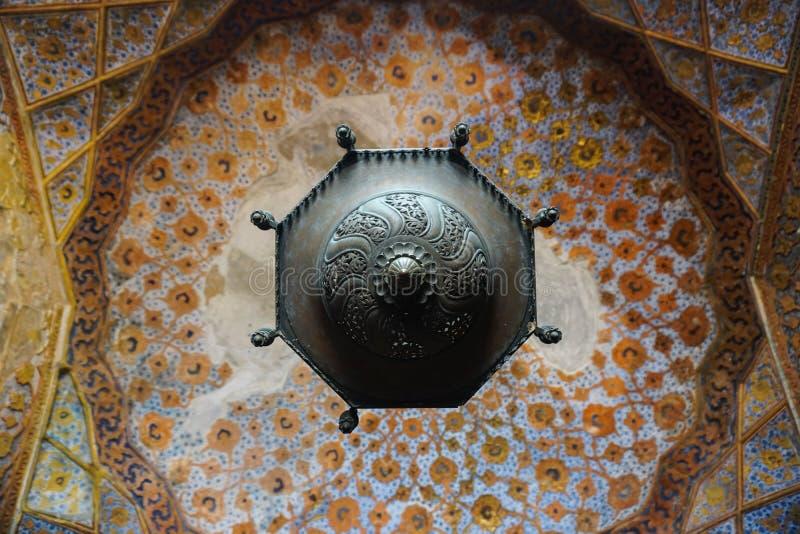 En forntida ljuskrona i en av de forntida templen av Indien royaltyfria bilder