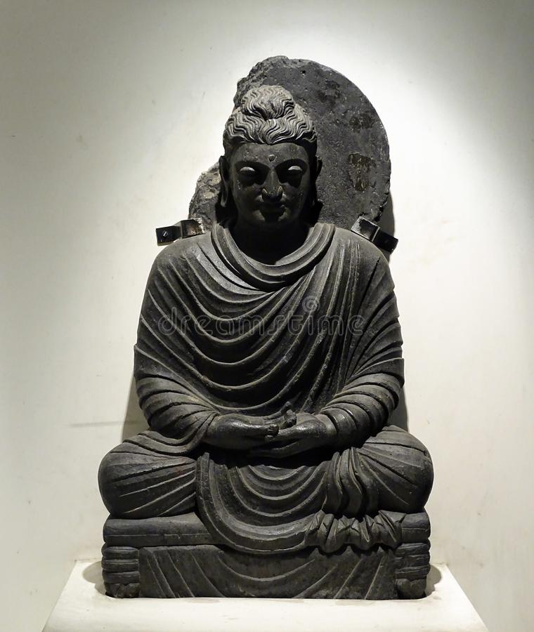 En forntida meditera Buddha& x27; s-förebilden höll i ett museum arkivfoton