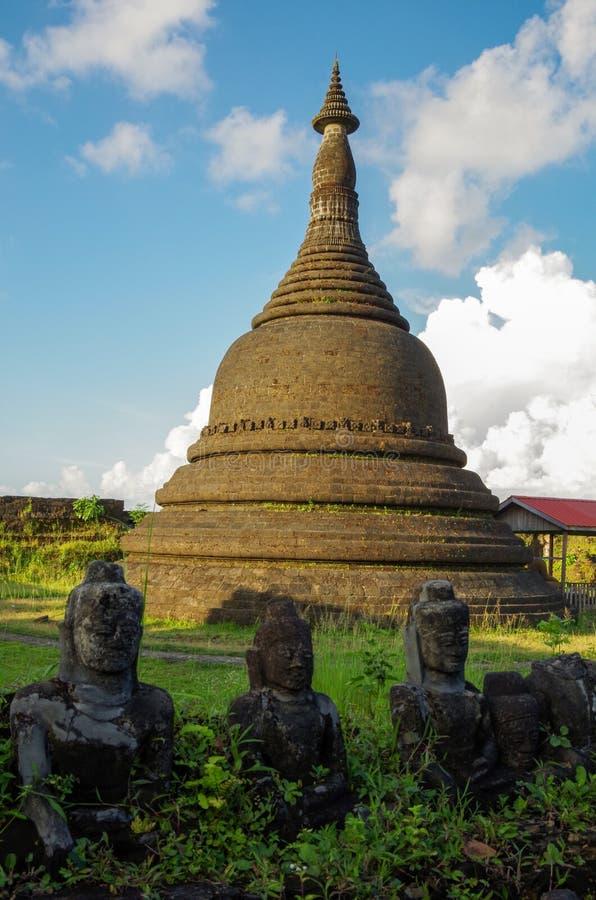 En forntida pagod av Mrauken U, Myanmar arv i baksidan av små skadade Buddhastatyer arkivfoto