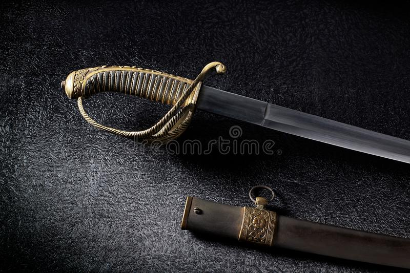 En forntida sabel med ett härligt handtag arkivfoton