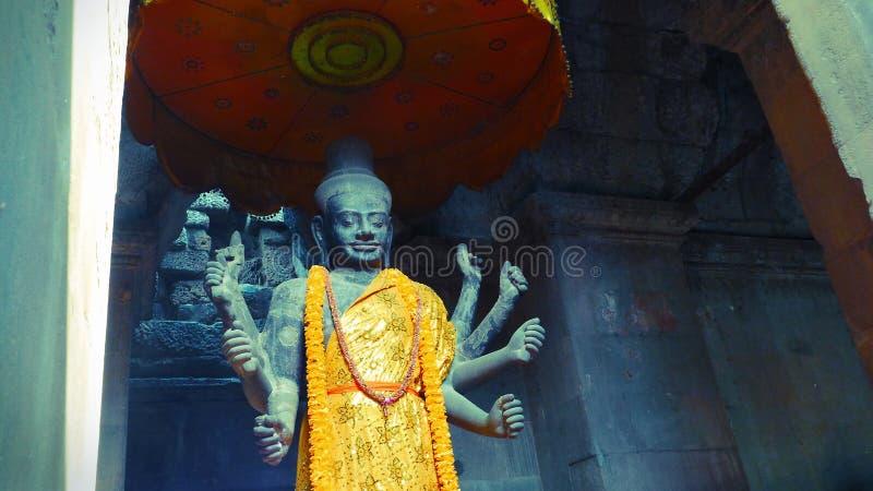 En forntida staty av den hinduiska guden, Vishnu inom Angkor Wat, Siem Reap, Cambodja arkivbilder