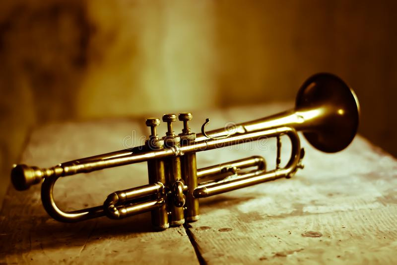 En forntida trumpet, symbol av jazzmusik arkivfoton