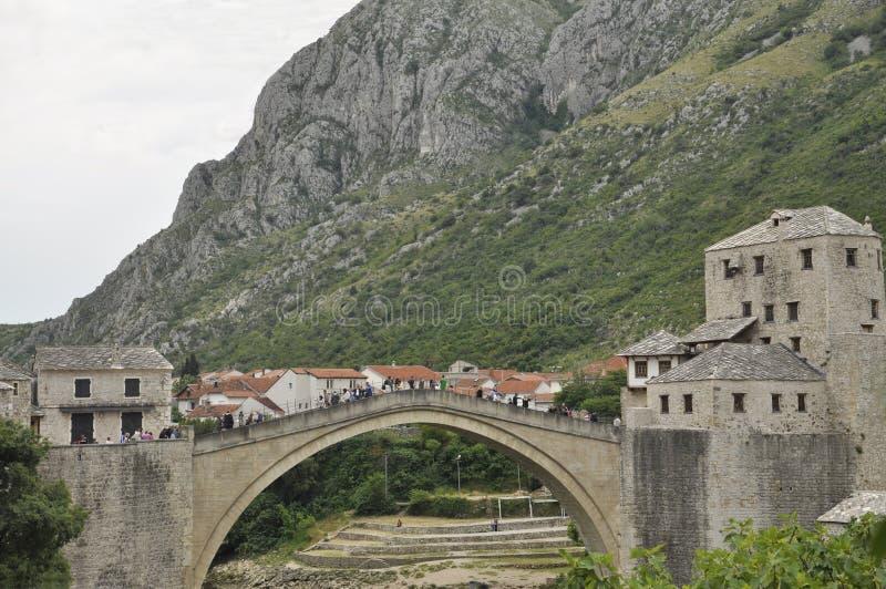 En fot- ärke- bro över den Neretva floden i Mostar, Bosnien och Hercegovina arkivbild