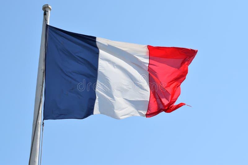 En fransk flagga som fladdrar i fortet Saint Malo arkivbilder