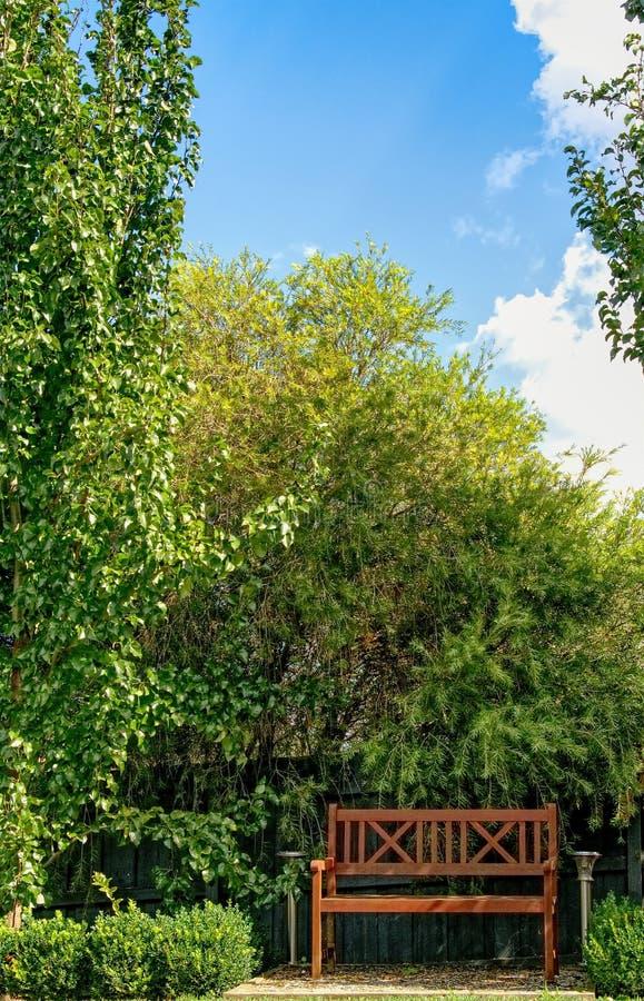 En fridsam plats i trädgården på en ljus solig dag arkivbild