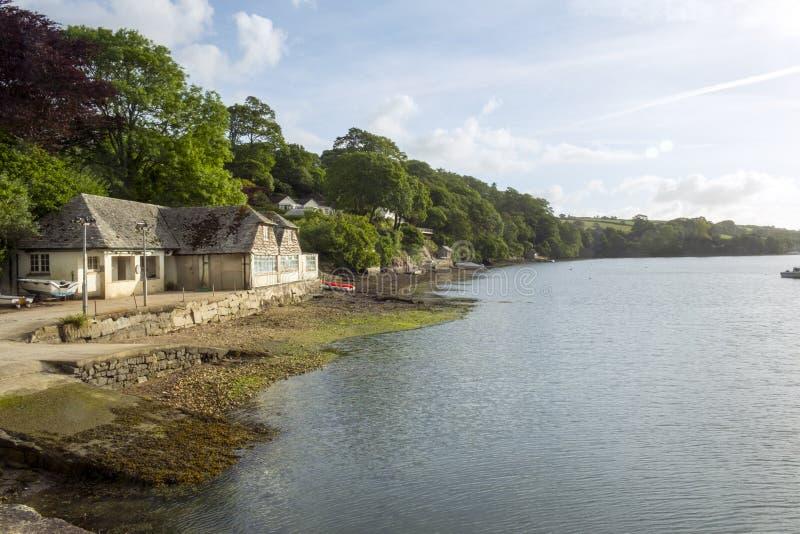 En fridsam sommarmorgon på den Helford breda flodmynningen på gammalmodig port Navas, Cornwall, UK royaltyfri fotografi