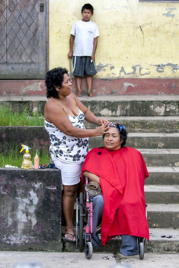 En frisör på arbete i Indiana i Peru arkivfoto