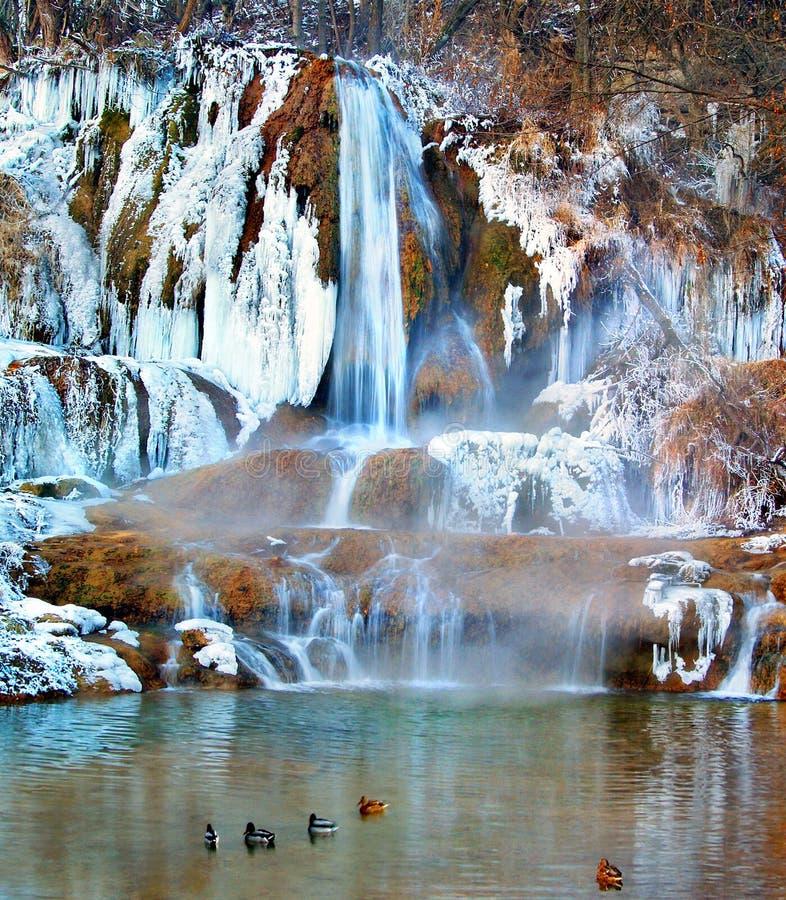 En frys kallt vattenfall i byn Lucky i Slovakien royaltyfria foton