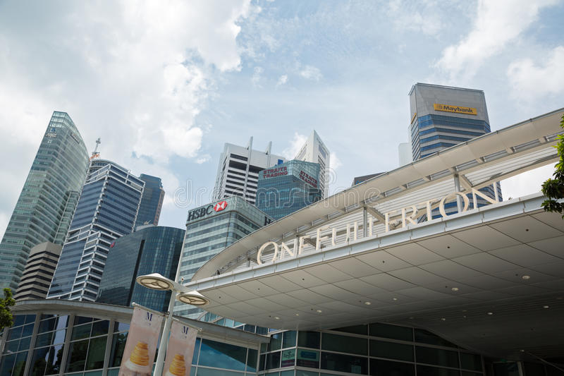 En Fullerton på den Marina Bay stranden i Singapore arkivbild
