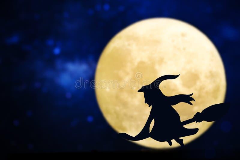 En fullmåne med en mörk häxa royaltyfria bilder
