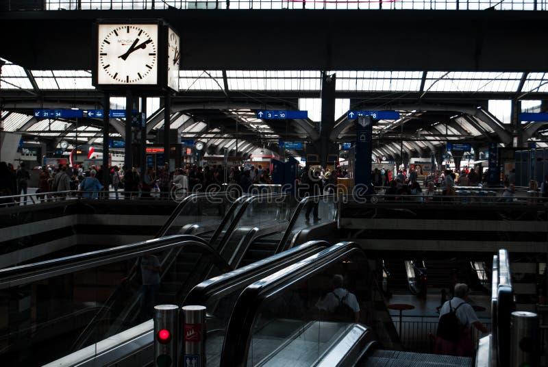 En fullsatt järnvägsstation royaltyfria bilder