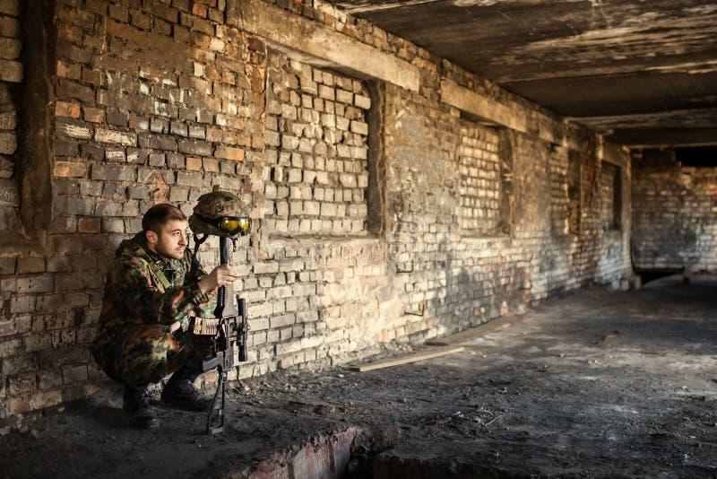 En fundersam soldat som vilar från en militär operation royaltyfria foton