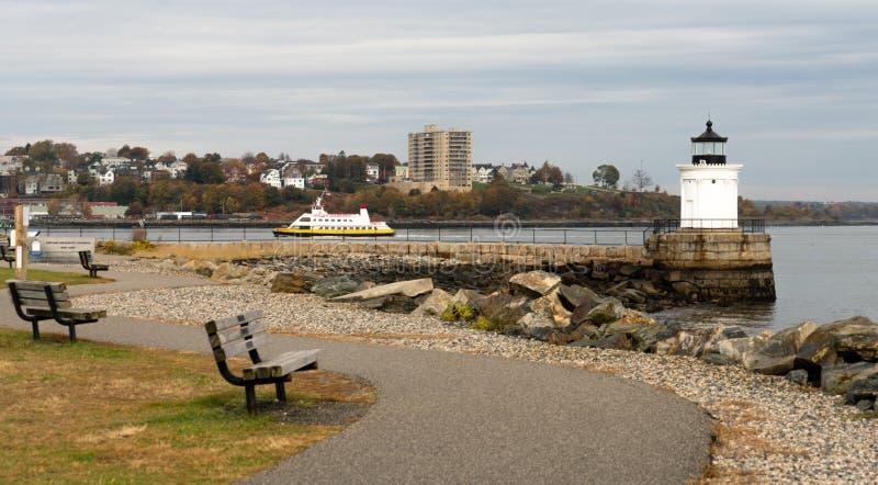 En fyr i den Portland hamnen varnar att sjömän av farligt vaggar och faror fotografering för bildbyråer