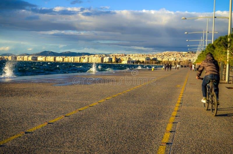En gå på den skinande nya sjösidan för Thessaloniki ` s royaltyfri bild