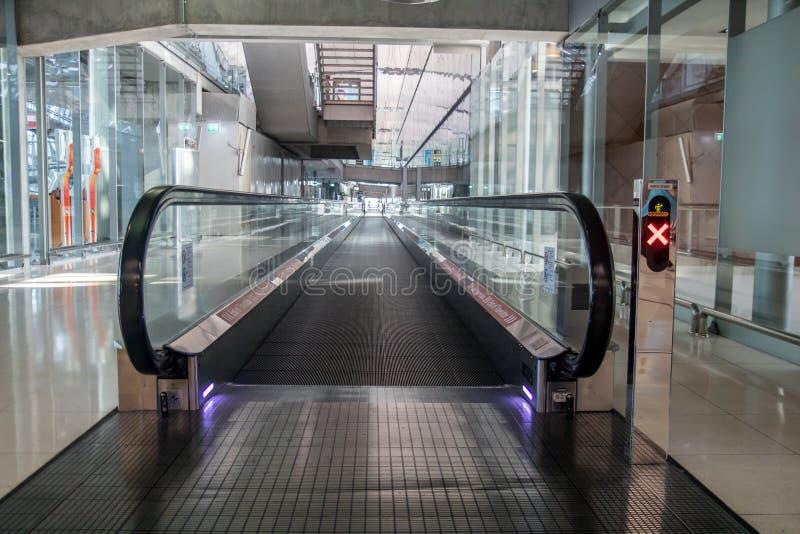 En gångbana i en tom korridor royaltyfria foton
