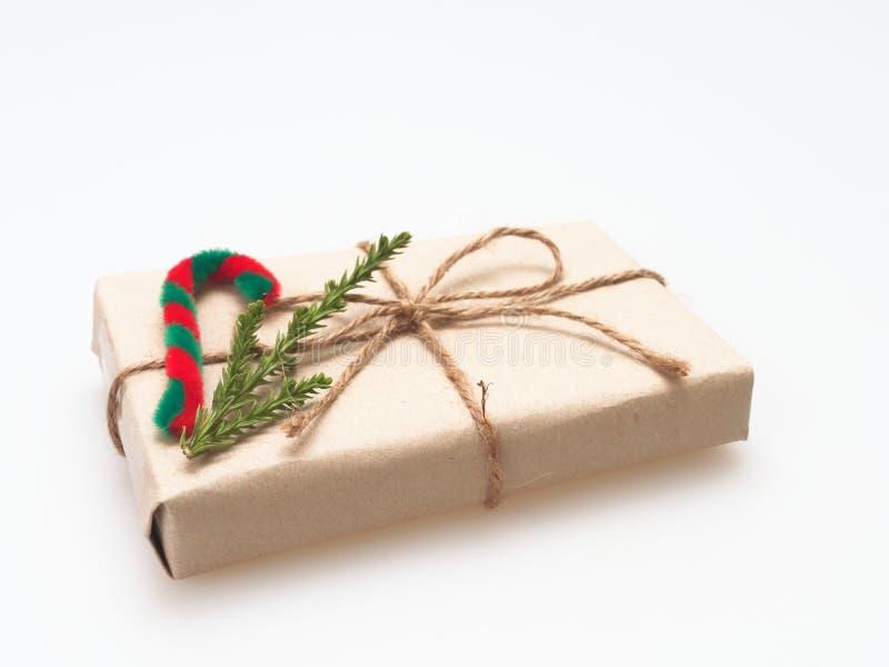 En gåva- eller gåvaask som sloggs in av busebrunt, återanvände papper, och bundet med det bruna hamparepbandet med sörja filial-  arkivbilder