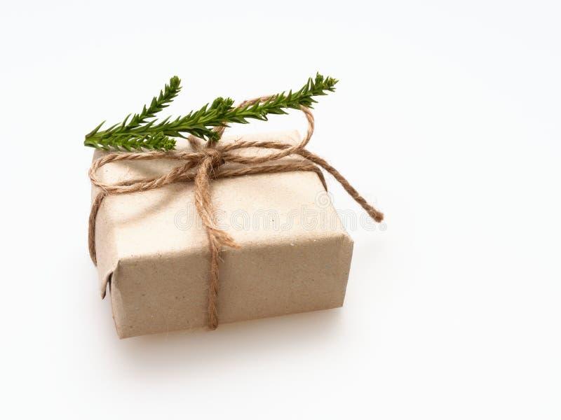 En gåva- eller gåvaask som sloggs in av busebrunt, återanvände papper, och bundet med det bruna hamparepbandet med sörja filialen arkivbilder