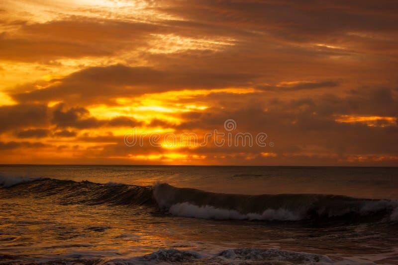 en g?ng i en h?rlig soluppg?ng f?r livtid ?ver det indiska havet, bryter v?gor p? den stora havv?gen, victoria, Australien royaltyfria foton