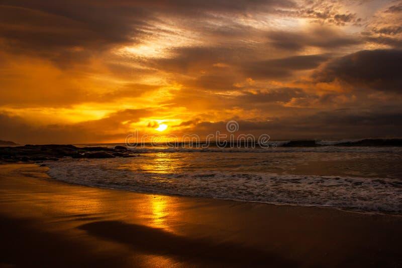 en g?ng i en h?rlig soluppg?ng f?r livtid ?ver det indiska havet, bryter v?gor p? den stora havv?gen, victoria, Australien royaltyfri foto