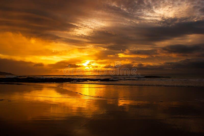 en g?ng i en h?rlig soluppg?ng f?r livtid ?ver det indiska havet, bryter v?gor p? den stora havv?gen, victoria, Australien royaltyfri fotografi