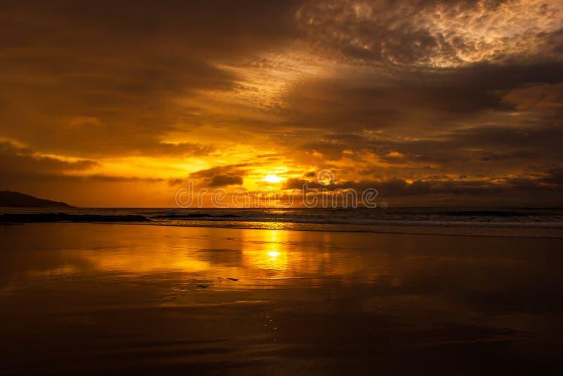 en g?ng i en h?rlig soluppg?ng f?r livtid ?ver det indiska havet, bryter v?gor p? den stora havv?gen, victoria, Australien royaltyfria bilder