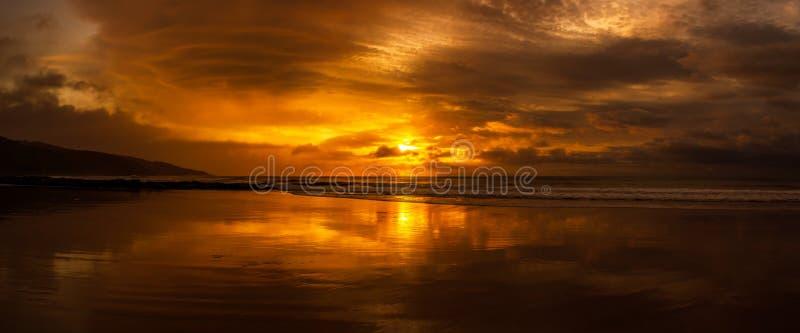 en g?ng i en h?rlig soluppg?ng f?r livtid ?ver det indiska havet, bryter v?gor p? den stora havv?gen, victoria, Australien arkivbilder