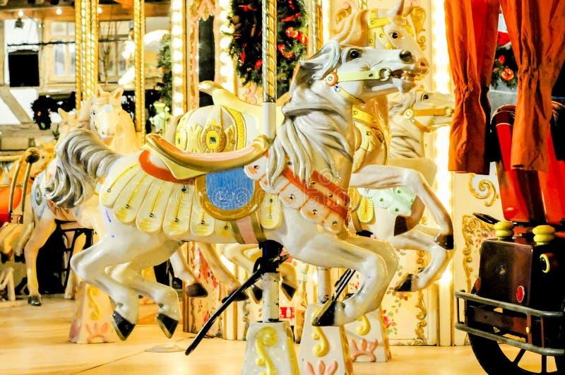 En galloper på en karusell royaltyfria foton