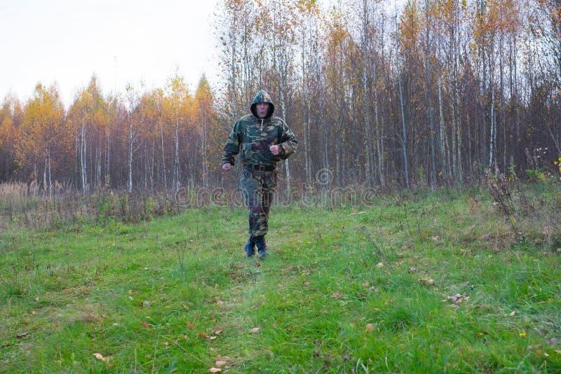 En gamal man kör i skogen royaltyfri fotografi