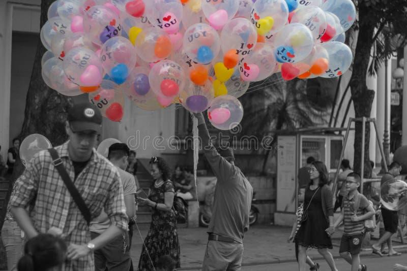 En gamal man som säljer ballonger arkivfoto