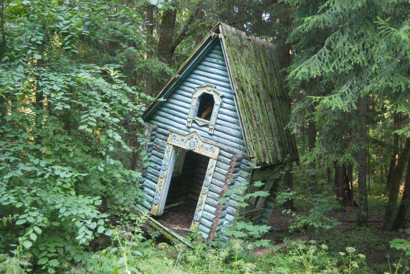 En gammal övergiven lekstuga för barn` s i skogen royaltyfria foton