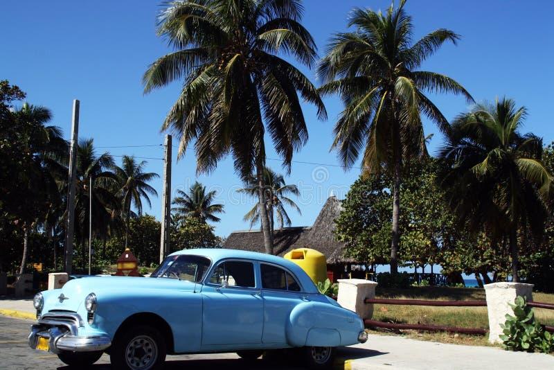 En gammal amerikansk klassisk bil som parkeras i Varadero, Kuba fotografering för bildbyråer